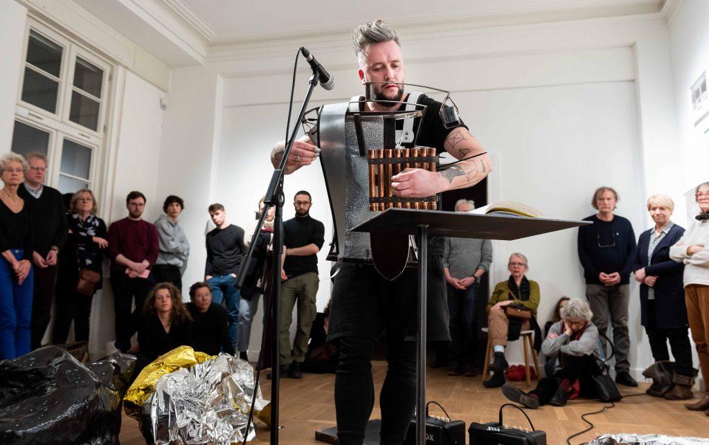 Künstlerinnenführung und Performance mit Raphael Sbrzesny